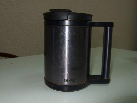 サーモスの蓋つきコップ・保温保冷マグでデスクでコーヒー・3時間熱々。